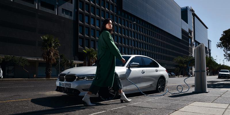 Uusi BMW 330e Sedan asettaa lataushybrideille uuden standardin. Huippuluokan ajonautintoa on nyt täydennetty uusimmalla tekniikalla niin auton sisätiloissa kuin konepellinkin alla.