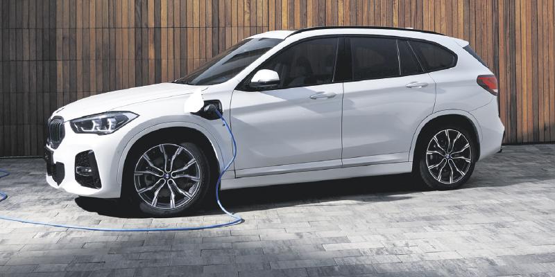 BMW X1 tarjoaa urheilullisuutta ja liikkumisen vapautta kaikkialla – myös haastavammillakin teillä. X1 xDrive25e Plug-in Hybridissä yhdistyvät sekä poltto- että sähkömoottorin parhaat puolet: matala polttoaineen kulutus ja päästöt sekä dynaaminen ajamisen ilo.