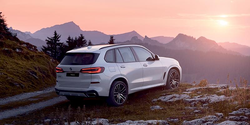 Täysin uusi BMW X5 ladattava hybridi on saapunut itsevarmasti paikalle jopa 80 km:n sähköisellä toimintamatkalla.