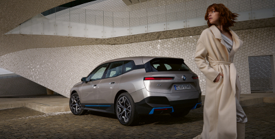 BMW iX takaa