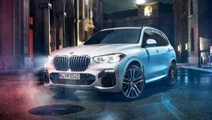 BMW X5 auton keula, jota hallitsevat kookas, yksiosainen ja hieman kahdeksankulmamainen jäähdyttimen BMW-säleikkö, huomiota herättävät ajovaloyksiköt ja suuret ilmanottoaukot, paljastavat mistä on kyse: päättäväisyydestä 22-tuumaisilla kevytmetallivanteilla.