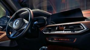 BMW X5 Sisätilat näyttävät parhaat puolensa Sky Lounge -panoraamalasikattoluukulla.