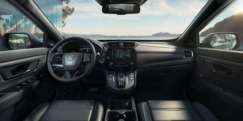 Esittelyssä Honda CR-V Black Edition – katumaasturi, jonka urheilullisuus herättää huomiota. Black Edition on aina joko Crystal Black Pearl- tai Platinum White Pearl -helmiäisvärinen.