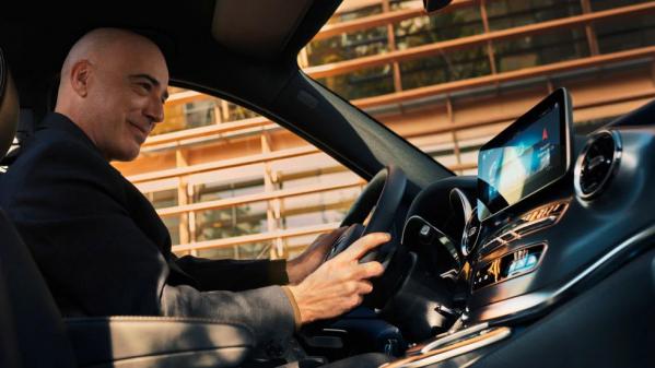 """Sinä ja matkustajasi istutte EQV:ssä ergonomisilla istuimilla. Sanomalla """"Hey Mercedes"""" voit käynnistää MBUX:n puheohjauksen, jolla saat käytettyä vaivattomasti monia auton toimintoja."""