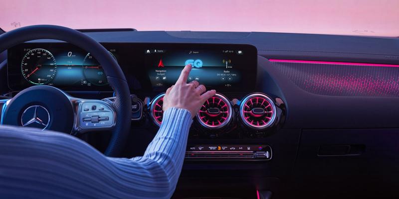 MBUX tulee sanoista Mercedes-Benz User Experience ja se tarkoittaa lyhyesti: voit käyttää EQA-autoasi älykkäästi ja vaistonvaraisesti kookkailla ja tarkkapiirtoisilla näytöillä, joiden näyttämän sisällön sinä päätät.