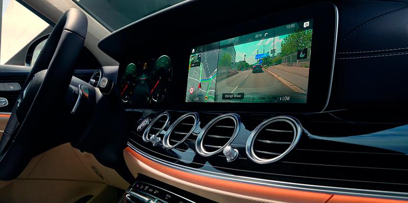 """MBUX, jolla voit säätää ja ohjata lähes kaikkia toimintoja haluamallasi tavalla. Vain kaksi pientä sanaa: """"Hey Mercedes"""" – ja voit aloittaa kommunikoinnin E-sarjan Mercedes-Benzisi kanssa."""