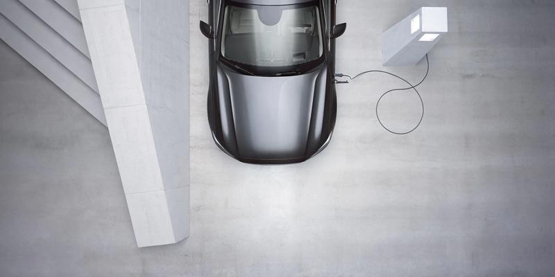 Tässä on S90 Recharge. Tämä ladattava premium-sedan on suunniteltu väkevään ajoon, planeettamme parhaaksi.