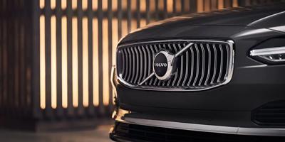 Volvo V90 Tee vaikutus auton uusituilla ulkoisilla piirteillä ja kromatuilla yksityiskohdilla, kuten uudella kromisäleiköllä.